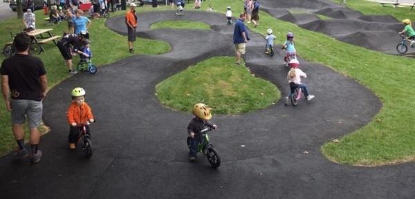 Pumptrack je krožna pot, ki je sestavljena iz grbin in ovinkov in je prvenstveno namenjena kolesarjem, na voljo pa bo tudi uporabnikom skirojev, rolarjev in rolk.